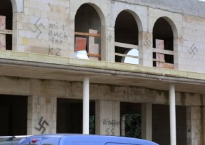Unknown perpetrators have smudged the unfinished body shell of a mosque in the city of Dormagen with swastika Nazi symbols. (Photo: DPA)